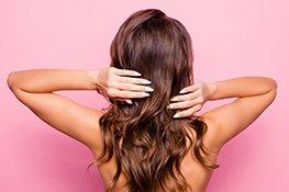 Frau zeigt ihr gesundes Haar
