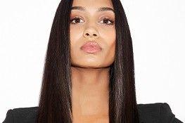 Model mit geglätteten Haaren