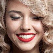 Blonde Frau mit roten Lippen