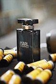 Der Flakon eines Karl Lagerfeld Parfums