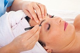 Augenbrauen zupfen bei der Kosmetikerin