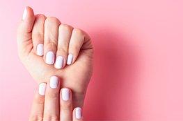 Hände mit lackierten Fingernägeln