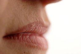 Frau trägt Lippenpflegestift auf