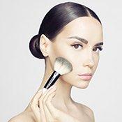 Visual: Frau trägt Make-up auf