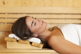 Frau genießt Saunaaufguss