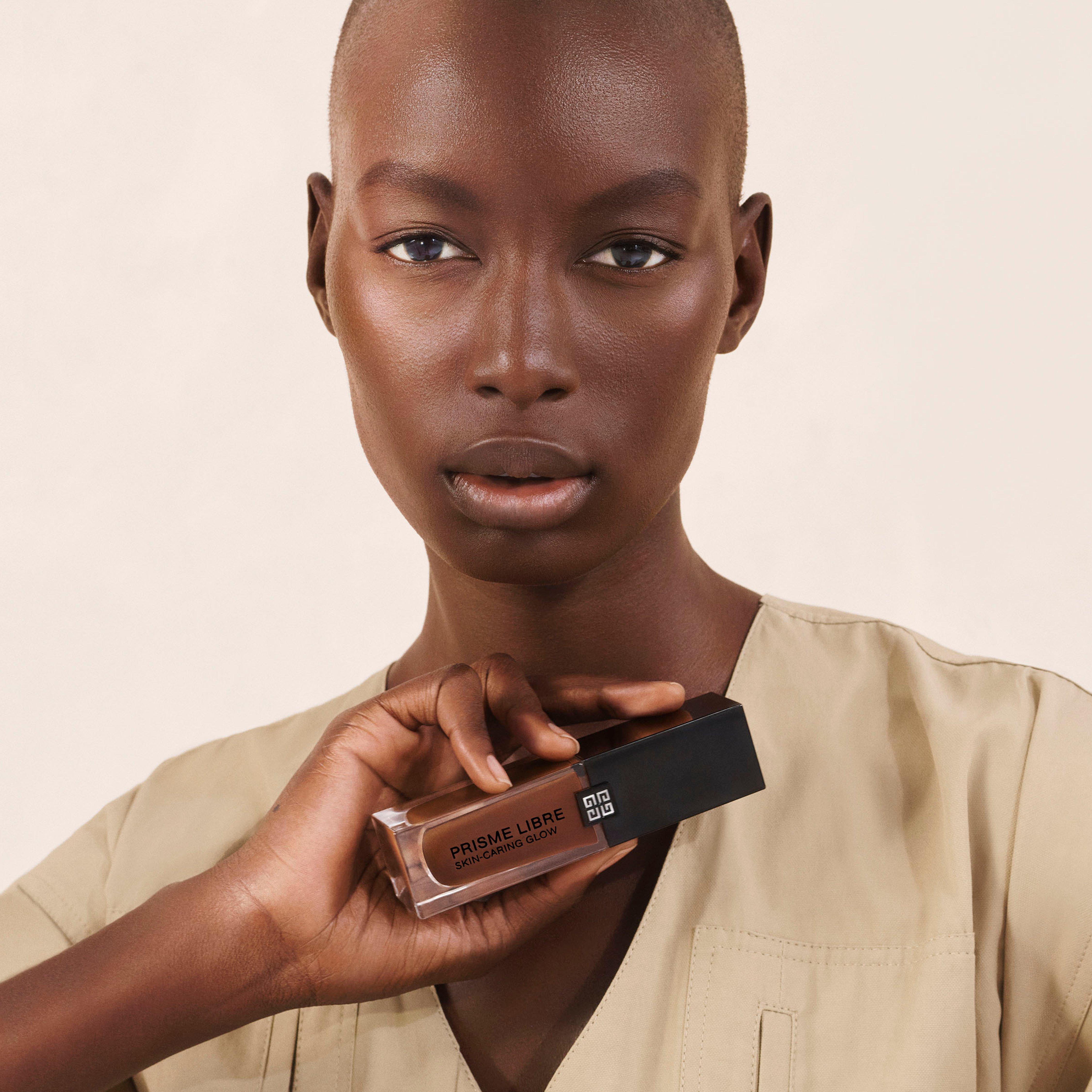 Frau hält Givenchy Prisme Libre Foundation