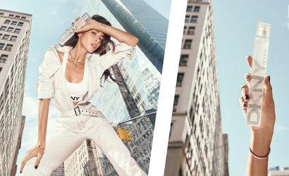 Frau und Flakon von DKNY Woman