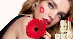 Frau mit Kussmund auf Wange und Lippenstift