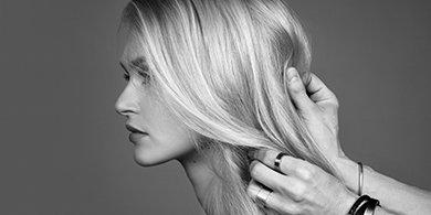 Frau mit kräftigen blonden Haaren