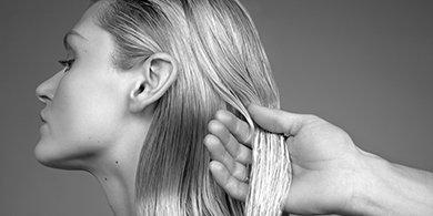Frau mit Haarpflege