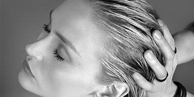 Frau mit nassen Haaren