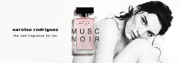 Frau und Flakons von Narciso Rodriguez for her Musc Noir