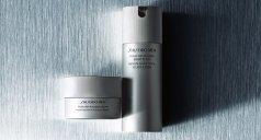 Silbernes Spray und Tiegel vor silbernem Hintergrund